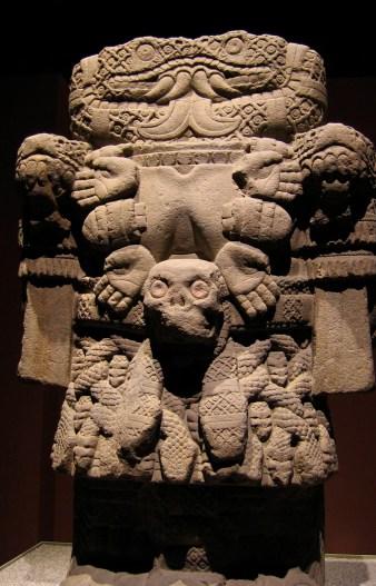"""La diosa madre Coatlicué, """"obra demoníaca descubierta en 1790 en cdad. de México, de 2,60 m. de alto y pesa 12 toneladas."""