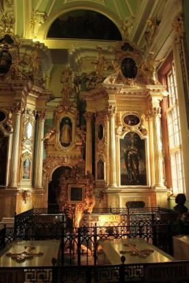 Catedral de San Pedro y San Pablo. Iconostasio con tumba de los emperadores rusos.