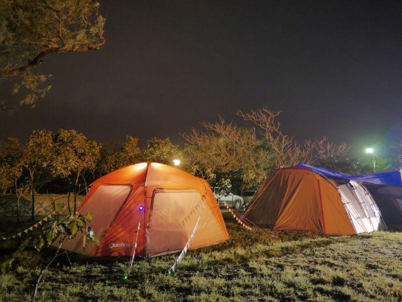 海邊海風大,營繩營釘要拉緊、釘好,或是在樹邊搭營可再穩固帳篷。(何師父love露營提供)