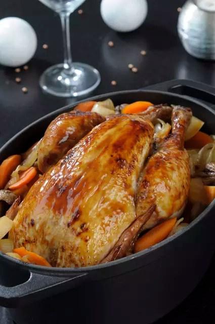 Poulet rôti aux épices de Noël, légumes et châtaignes rôties