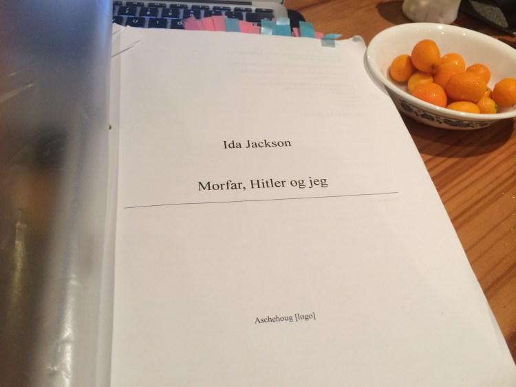 Bilde av ferdig bokmanus, printet ut.