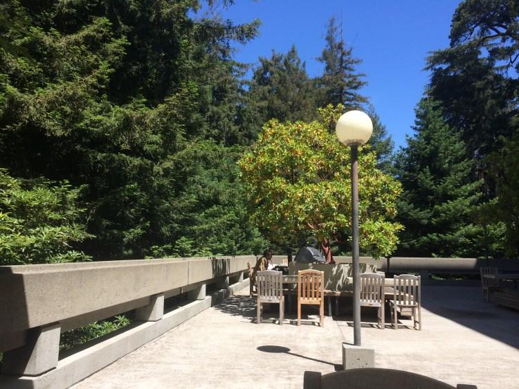 Kontor ute på en veranda i sterk sol
