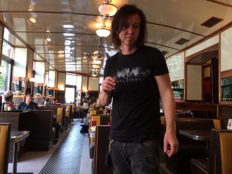 Bilde av fotografen, som har langt hår og Games of Thrones-t-skjorte