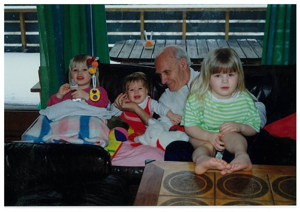 Familiebilde av ung Ida, Per og Idas to søstre