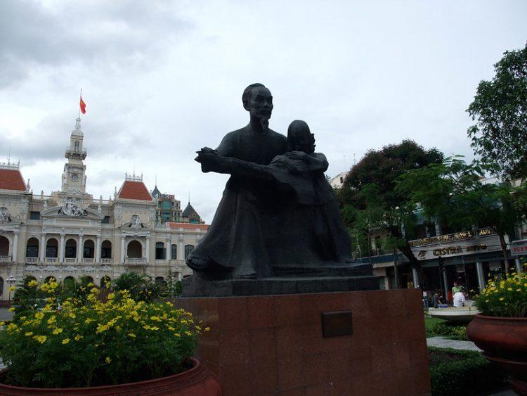 ホーチミン像