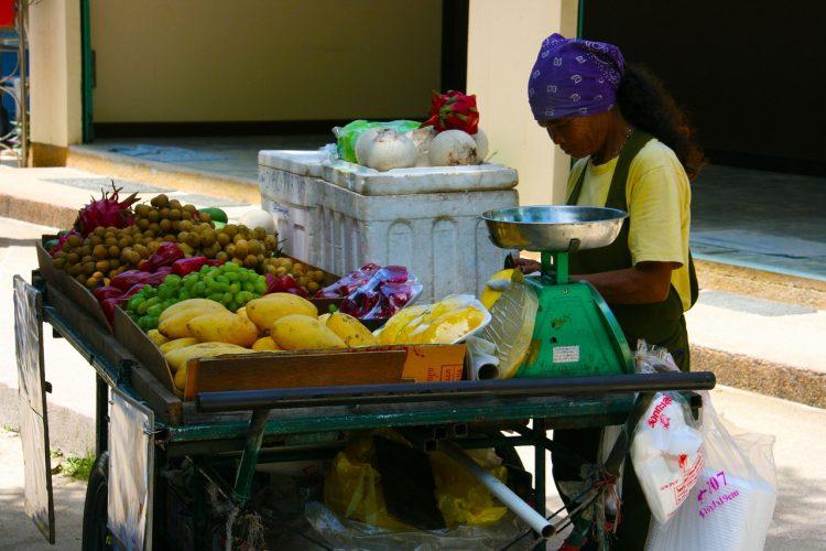 タイのフルーツ屋台