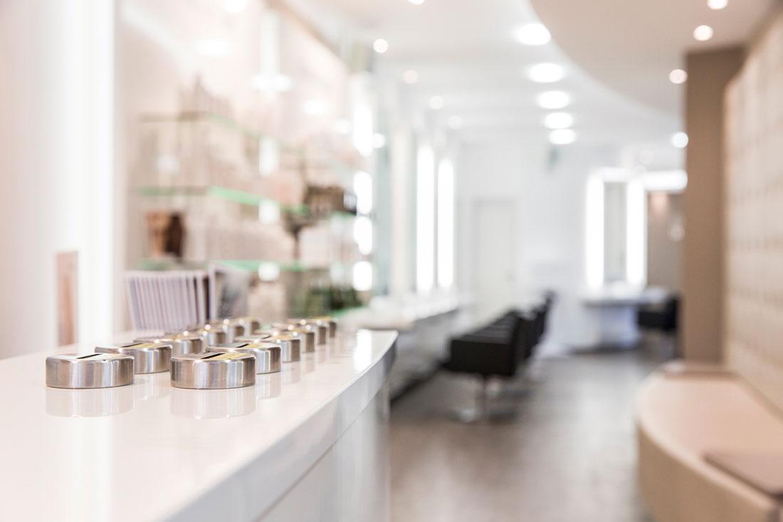 Friseureinrichtung, Friseurbedarf, Friseurspiegel, Friseurstuhl, Bedienplatz, Trinkgelddose