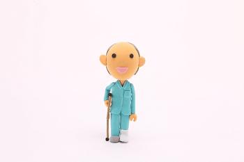 足を怪我した人の人形