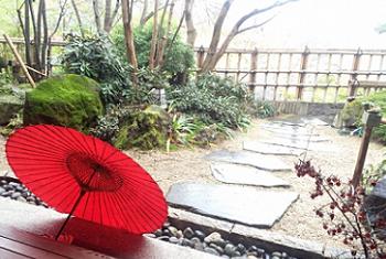 庭先の赤い和傘