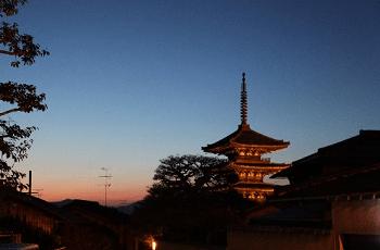 夕暮れ時の京都の町
