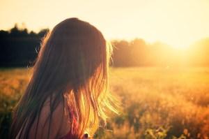 女性の横顔と夕日