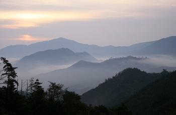 霞がかかった山々