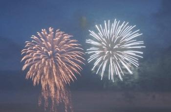 夕方の空に上がった花火