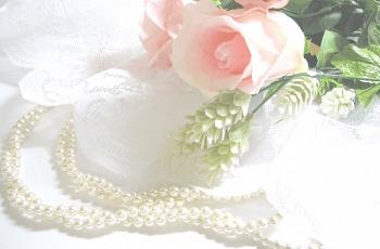 パールのネックレスと薔薇の花