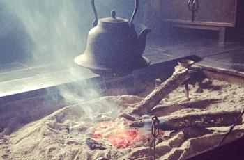 火の入った囲炉裏