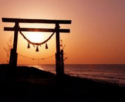 海辺の鳥居と初日の出