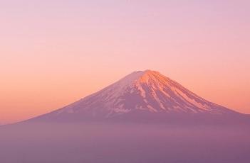 赤く輝いている富士山