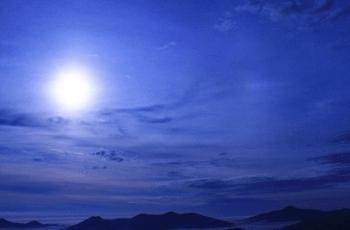 夏の夜空の月