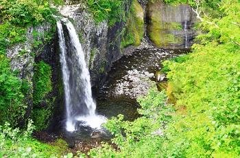 新緑に囲まれた滝