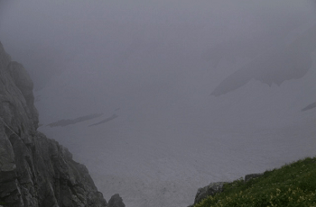雨の中の断崖