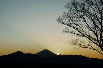 冬の山の夕暮れ