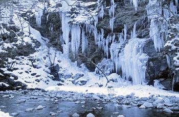 渓谷にできた氷柱