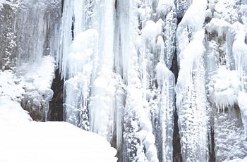 凍って氷柱となった滝