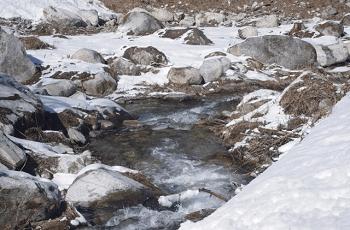 雪解けが始まった川