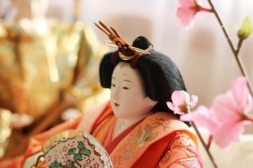 女雛の横顔と桃の花