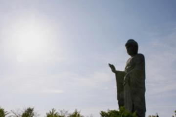 日射しを浴びる仏像