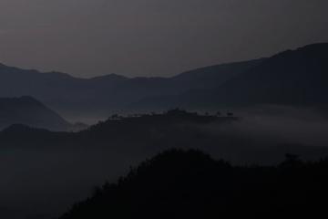 夜明けを迎える山々