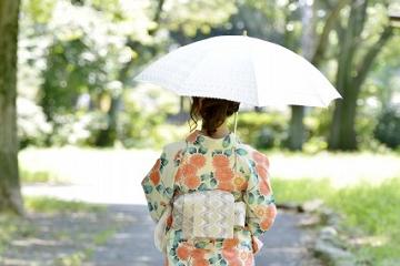日傘をさした浴衣姿の女性