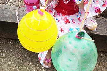 浴衣を着た子供と水風船