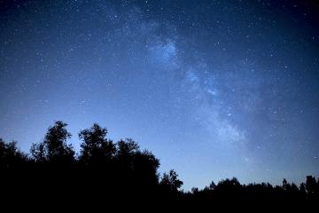 夜空の銀河と星々