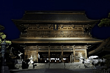 善光寺の山門の夜景