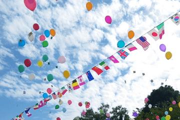 運動会の万国旗と空に上がる風船