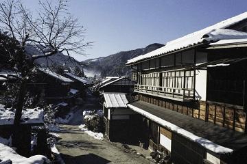 雪が残る古村