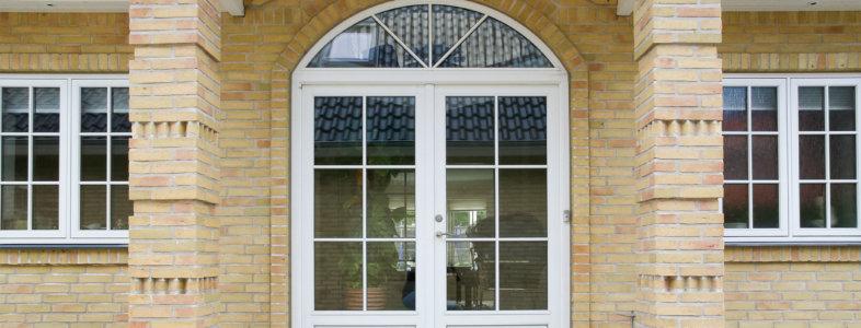 Buede vinduer i indgangsparti