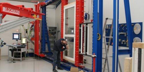 Testcenter betyder at Idealcombi hele tiden kan optimere produkterne og har en stor værdi for innovation og udvikling af nye produkter, så vi altid er på forkant med det nyeste inden for vinduer og døre.