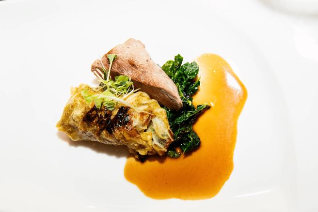 Lamb & Cabbage - Ahvenanmaalaista lampaanulkofileetä, lammaskaalikääryle, mustakaalia & viherkaalia, omenalla maustettu portviiniliemi. Kuva: Silja Line