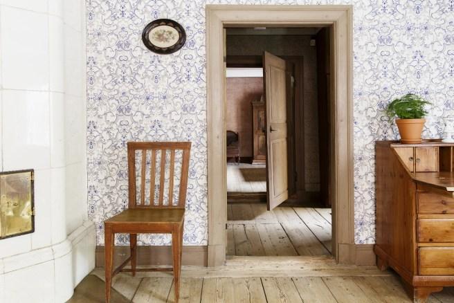 """Ruiskumestarin talossa on monenlaista seinäpintaa: eteinen ja keittiö on roiskemaalattu, salissa ja keittiökamarissa on maalatut tapetit ja kuvan pihakamarissa painetut, """"ranskalaiset"""" tapetit. Kuva: Maija Astikainen / Helsingin kaupunginmuseo"""