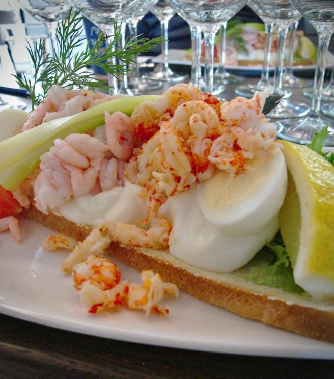Laivan valkoviini sekä rosé sopivat hyvin kalan ja äyriästen kanssa, samoin laivan samppanja.