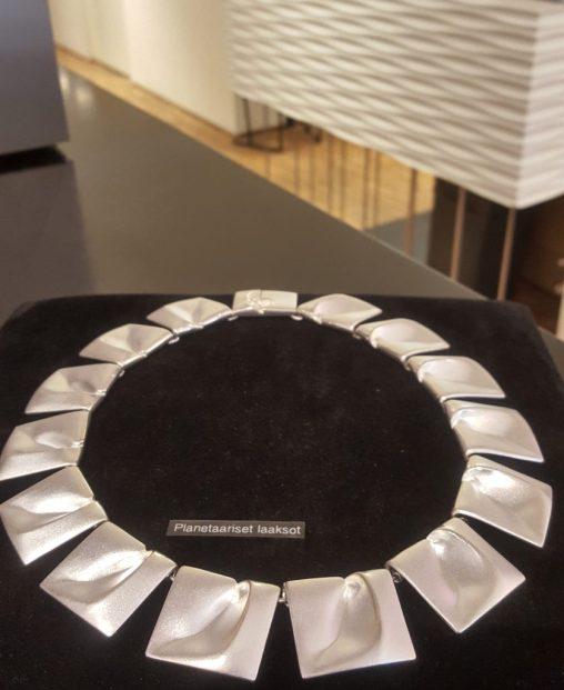 Planetaariset laaksot -korun on suunnitellut taittelija, professori Björn Weckström, ja se on esitelty alun perin vuonna 1969. Koru valmistetaan Suomessa.