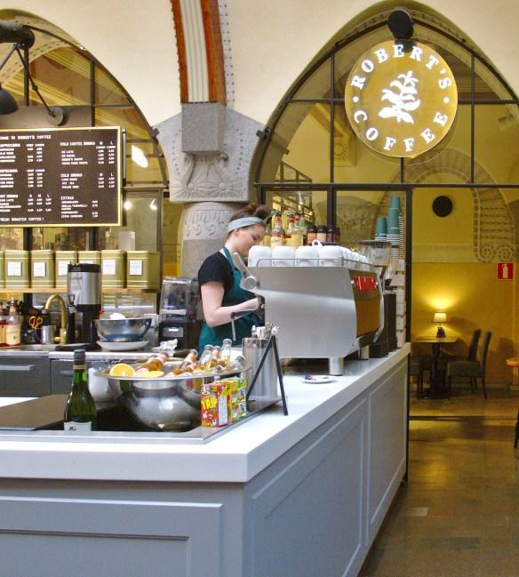 Tuoretta paikan päällä valmistettua gelatoa voi nauttia useissa Robert´s Coffeen kahviloissa eri puolilla Suomea. Kuva Helsingin Pohjoisespan Jugend -kahvilasta.