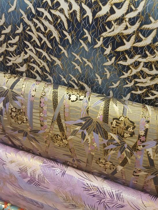 Paperivalikoimat sisältävät niin yksivärisiä kuin kauniita kuviollisiakin papereita eri tarkoituksiin.