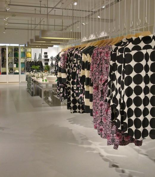 Herttoniemen myyntipisteissä on Marimekon valikoimaa aina vaatteista verhokankaisiin ja laukuista kattaustuotteisiin.