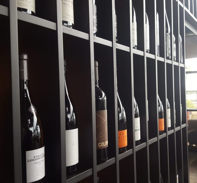 Vierailijan vastaanottaa ravintolassa avara näkymä sekä kiinnostava viinien valikoima.