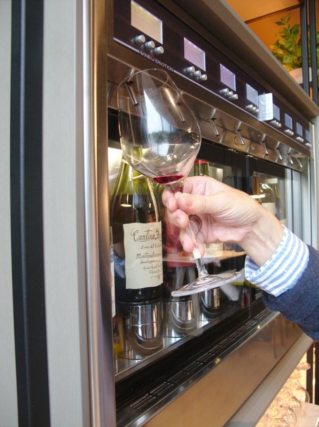 Ravintolan viinivalikoimista mainitsemisen arvoinen on itsepalveluvalikoima, joka tarjoaa  italialaisia pullotettuja viinejä.
