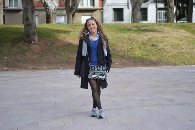 falda con zapatillas
