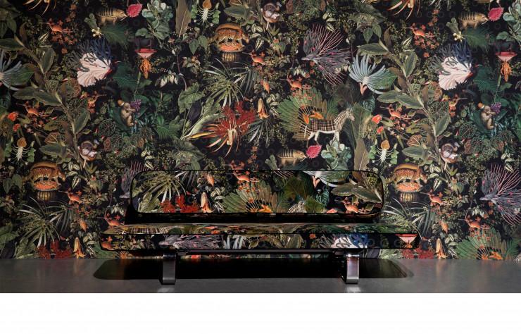 Canapé Power Nap de Marcel Wanders habillé d'un tissu rendant hommage aux animaux disparus.